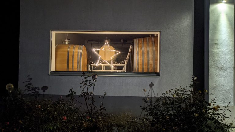Erleuchtetes Fenster im Fasskeller vom Vorspannhof Mayr
