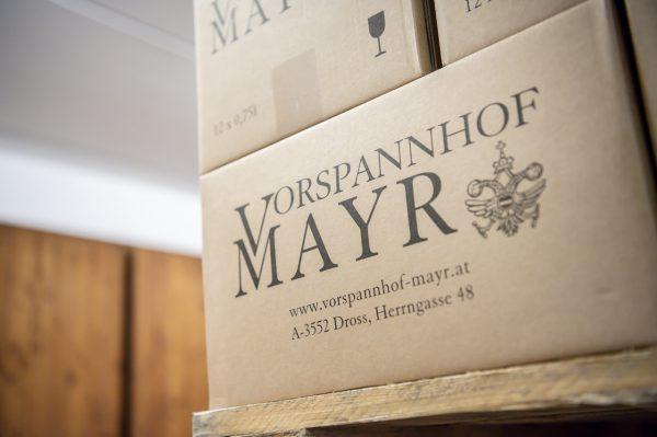 Weinpakete senden wir innerhalb Österreichs freihaus zu.