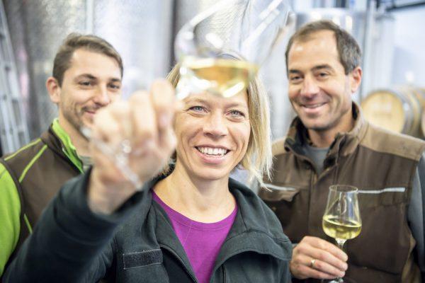 Silke Mayr und zwei Mitarbeiter verkosten Weine